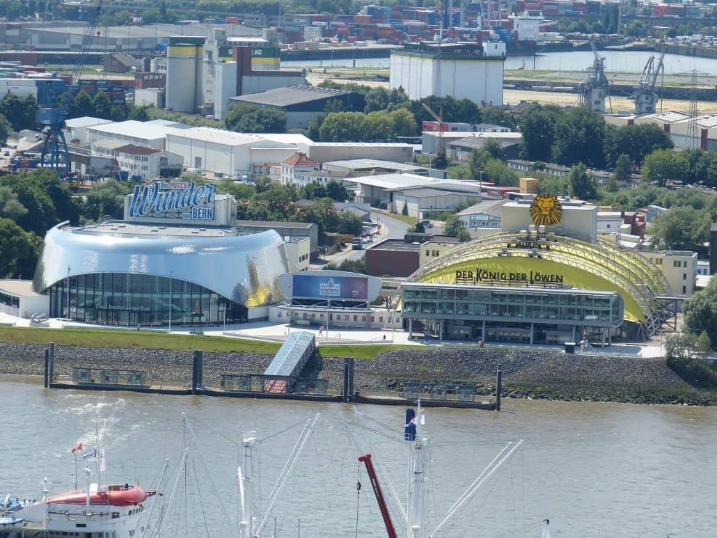 Wie lange dauert das Musical König der Löwen? - Eine Brücke über ein Gewässer mit einer Stadt im Hintergrund - Hamburg