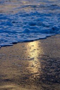 Ein Strand mit Flut