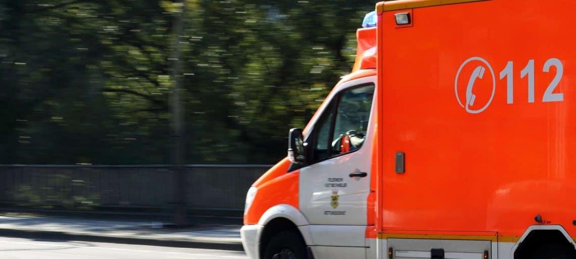 Krankenwagen fährt zu einem Einsatz