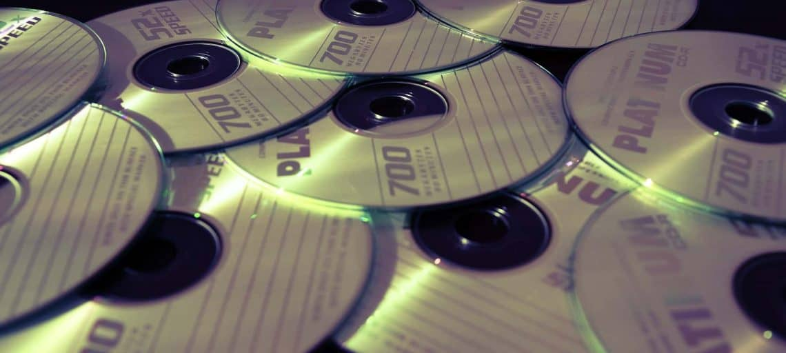 Wie lange hält eine DVD bzw CD? - Ein Gerät auf einem Tisch - Infotech Batia